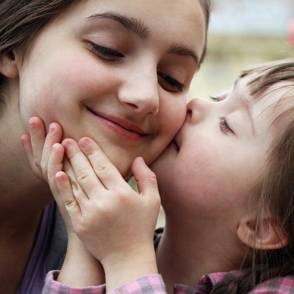 Kaikista merkittävintä sisarusten kannalta on kuitenkin se, kuinka hyvin kotona pystytään asioista keskustelemaan, vaikka aika ei aina jakautuisikaan tasan kaikkien lasten kesken. Kuva; iStockphoto