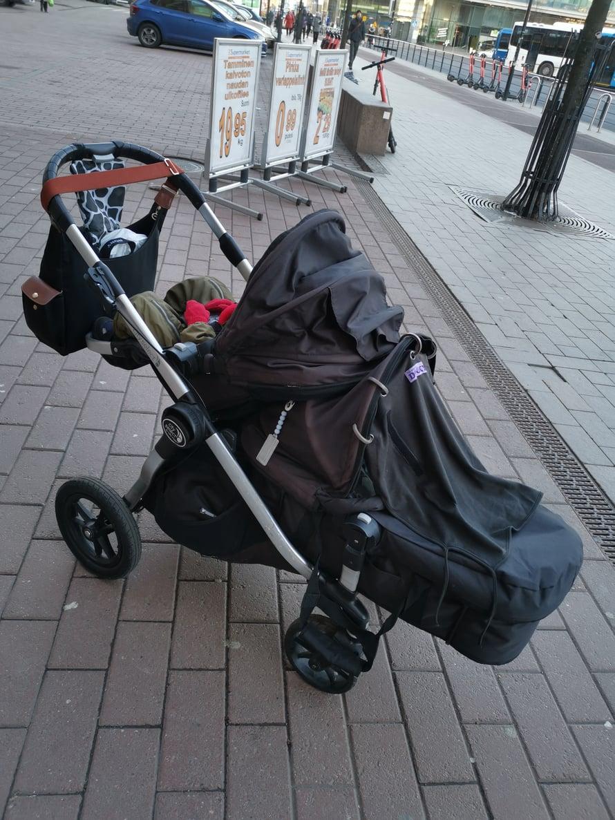 Helsingin reissulla päästiin testaamaan paria eri tyyliä, koska ratasosakin piti saada makuulle, että taapero sai vedettyä torkut. Tällä tavalla tuonne tavarakoriin alle mahtui iso kassi, jossa meidän kaikkien kolmen kolmen päivän reissukamat.