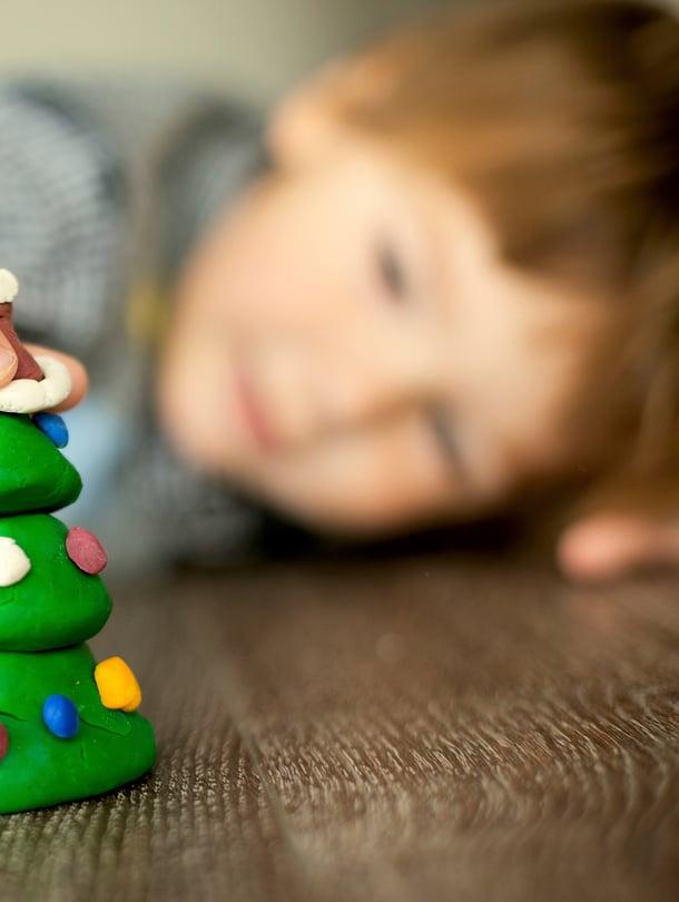 Joulusta saa ja kannattaa tehdä oman perheen näköinen ja luoda omat jouluperinteet, vaikka pienetkin. Kuva: iStockphoto
