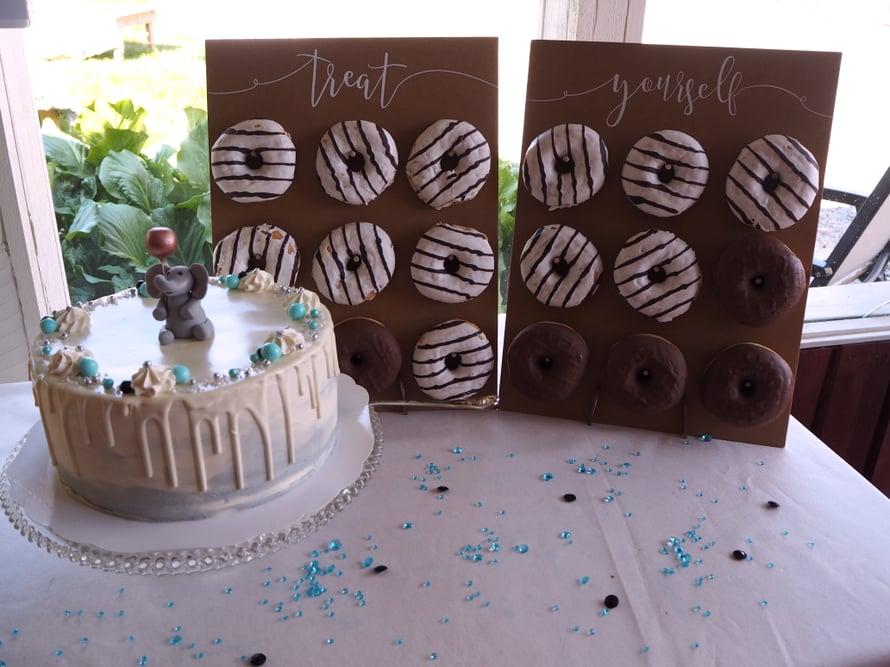 Kakun tilasin tuttavaltani ja donitsit ostimme Lidlistä. Donitsiseinä ja timanttikoristeet saatu yhteistyössä Decora House.