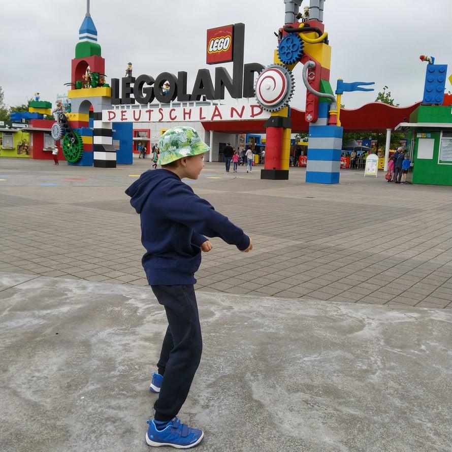 """Olemme vaimon kanssa kumpikin tahoillamme unelmoineet matkasta Legolandiin ollessamme lapsia. Ymmärsimme siis vallan hyvin, kun esikoinen pisti portilla tanssiksi todeten """"viimeinkin täällä""""!"""
