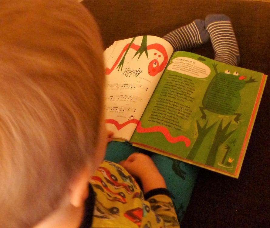 Lapsi, jolle luetaan paljon, oppii hakeutumaan itsenäisesti kirjojen pariin. Lukuhetki on erinomainen tapa rauhoittua.