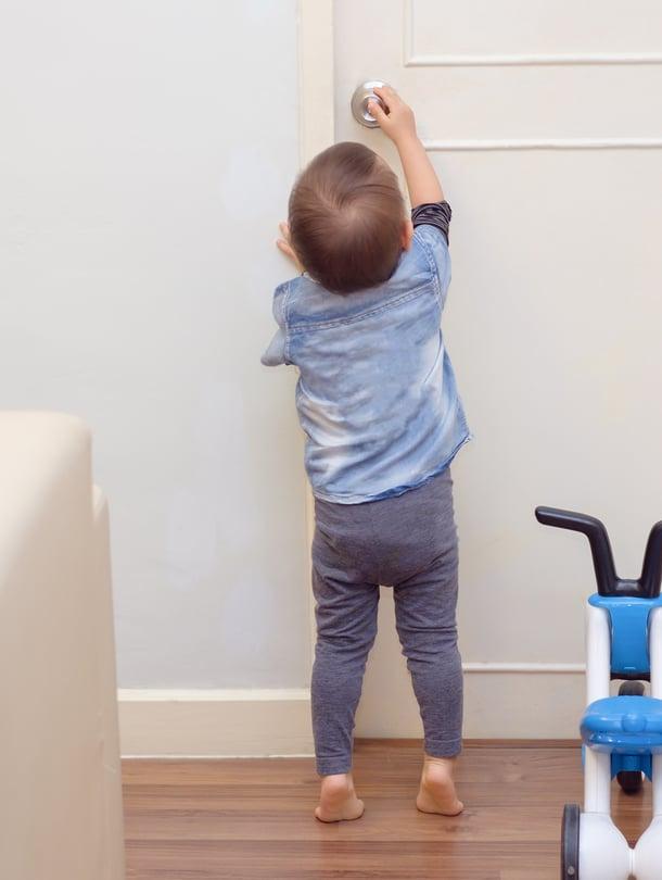 Lapsen ymmärrys julkisella paikalla käyttäytymiseen tulee hitaasti ja usein vasta 4–6-vuotiaana. Kuva: iStockphoto.