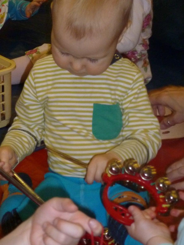Vauvamuskari on ihana tapa johdatella lasta musiikin maailmaan. Esikoisvauvaperhe oppii muskarissa kätevästi ajankohtaiset lastenlaulut ja palauttaa mieleensä omasta lapsuudesta tutut klassikot.