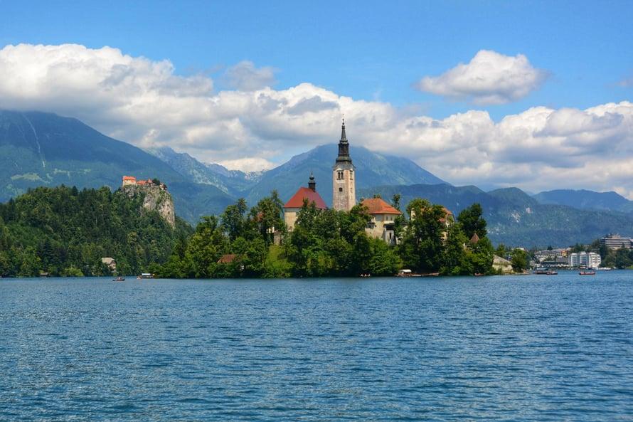 Bled-järven kiertäminen on lapsiperheelle hyvä rasti! Bled, Slovenia.
