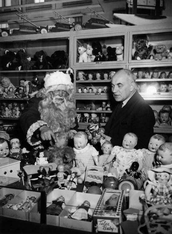 Tuima joulupukki ja komea lahjavalikoima Elannon tavaratalossa vuonna 1953. Vähävaraisemmissa perheissä suosittiin vielä 50-luvulla itse tehtyjä lahjoja. (Kuvalähde: helsinkikuvia.fi)