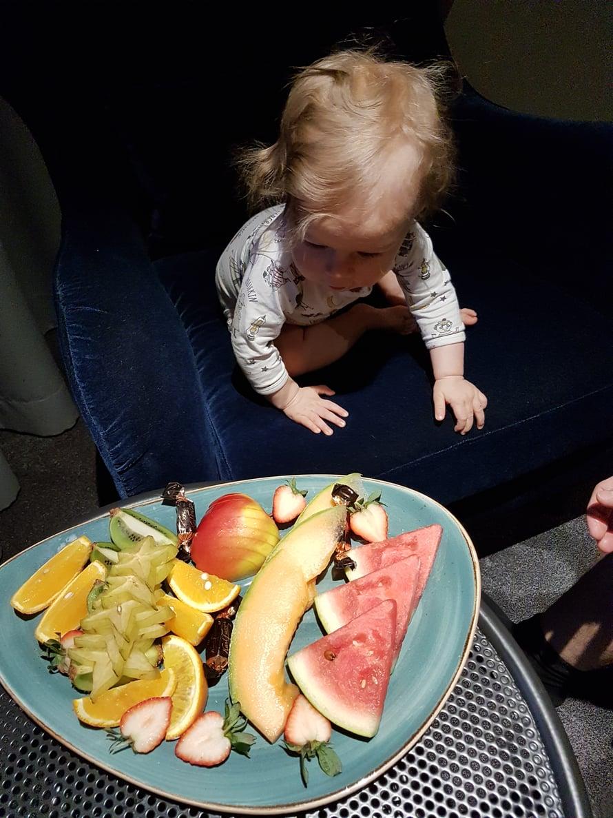 Huoneessa odotti hedelmälautanen, joka oli täydellinen iltapala sormiruokailijallemme<3