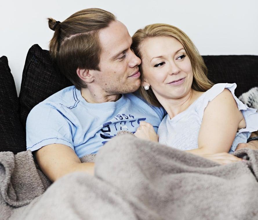 """Erkki ja Annika ovat oppineet ottamaan yhteistä aikaa lasten mentyä nukkumaan. Kuva: <span class=""""photographer"""">Amanda Aho</span>"""