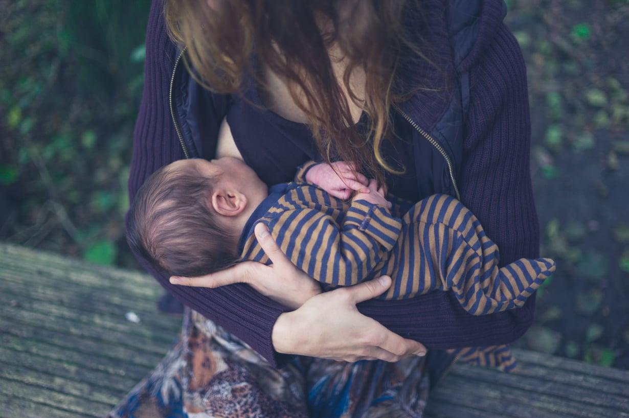 Herumisrefleksiin yhdistyvä ahdistuksen aalto voi vaikuttaa äidin haluun imettää. Kuva: iStockphoto