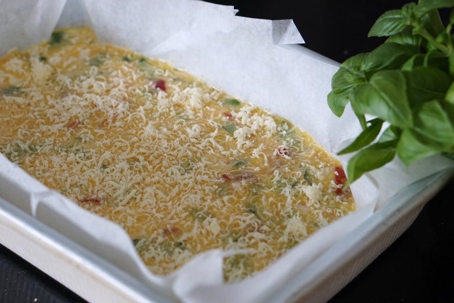 Raasta juusto munakkaan päälle ennen uuniin laittamista