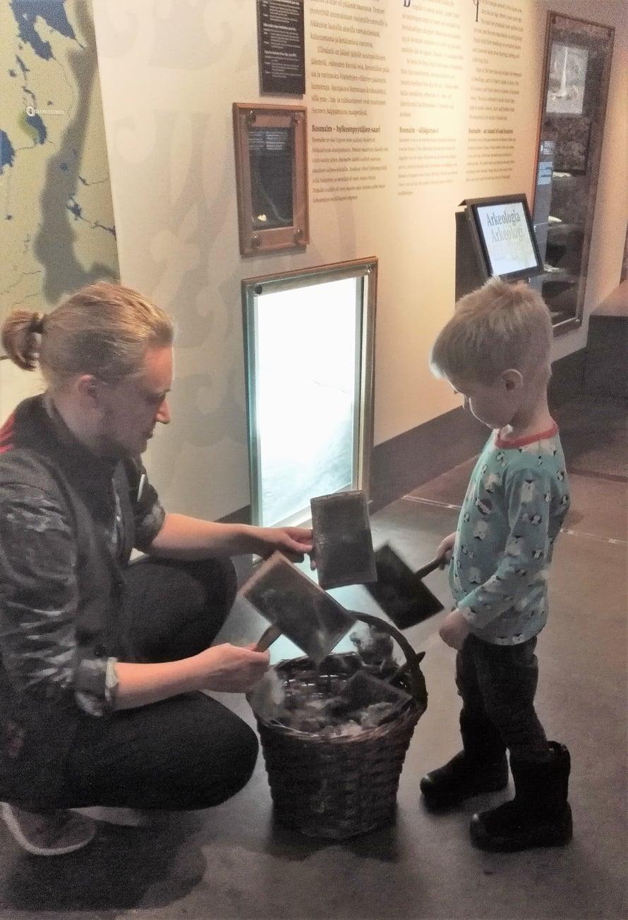 Karstaus, sen taitaa kolmevuotiaskin, jos saa kunnon opastuksen ja malttaa pysyä ihmeitä täynnä olevassa museossa aloillaan.