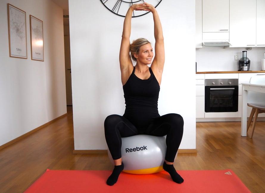 Jumppapallo rentouttaa lantionaluetta! Kuva: Elisa Honkasalo