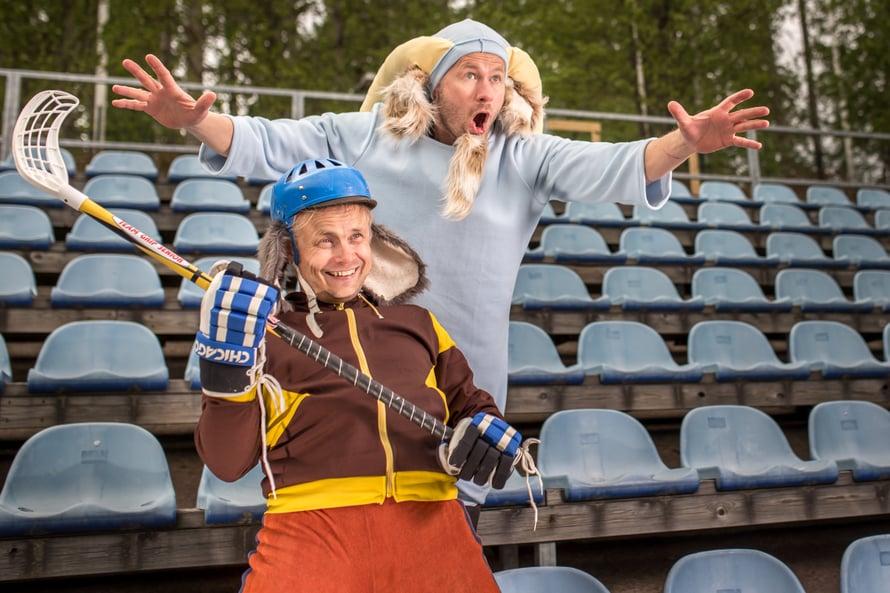 Näytelmän päähenkilöt: Herra Hakkarainen ja Tarmo Takkula (kuva: Puotilan kesäteatteri)