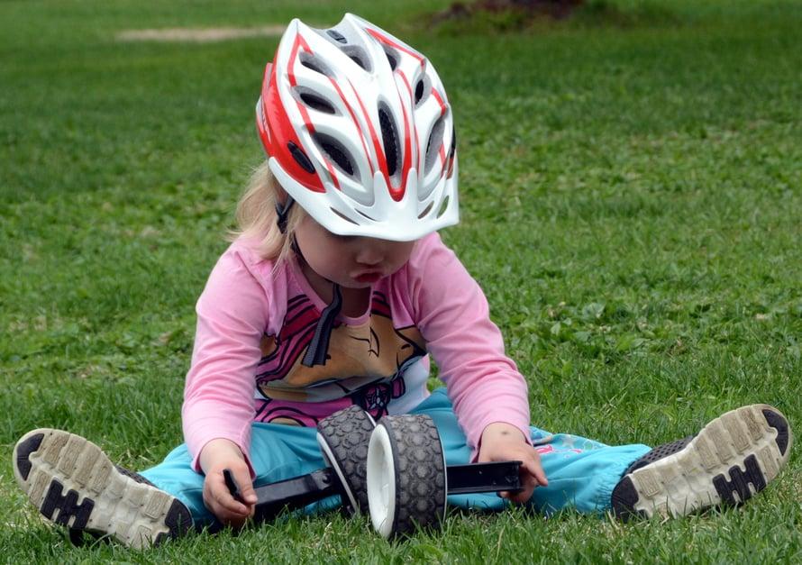 Hieman hymyilytti sekin, kun tyttö rullasi apurattaita ruohikolla ja päristeli kuin pikkuautoilla leikittäessä. No, muuhun hän ei enää appiksia tarvitsekaan.