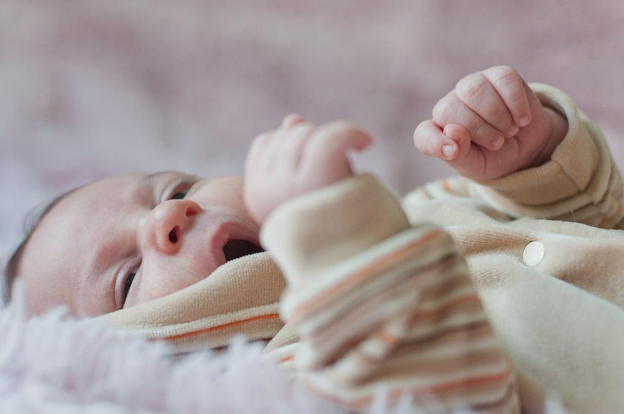 On luonnollista, että väsymys aiheuttaa vauvan vanhemmissa myös ärtymystä. Silloin on tärkeää muistaa, että vauva ei valvota tahallaan. Kuva: Colourbox.com