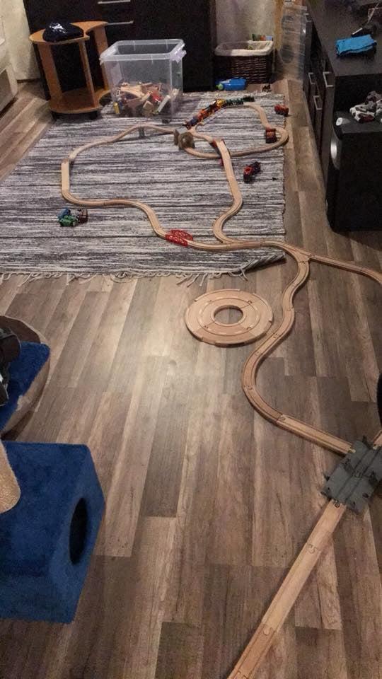 Pitkälle levittyvä puinen junarata on helppo tapa lisätä wabi sabia ympäri asuntoa.