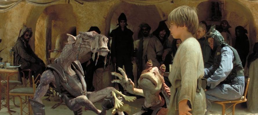 Anakin neuvottelee omituisten otusten kanssa. Kuva: Star Wars: Pimeä uhka (c) 2012, Twentieth Century Fox
