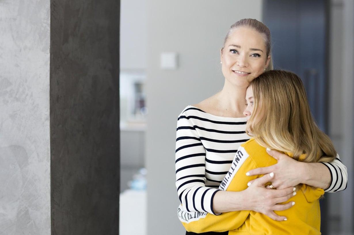 """Tähän saa tulla. Pippa Laukka sanoo, että syömishäiriö toi armollisuutta äitiyteen. """"Paranin, kun tulin äidiksi ja ymmärsin, että äitinä en voi koskaan olla täydellinen."""" Kuva: Heli Blåfield"""