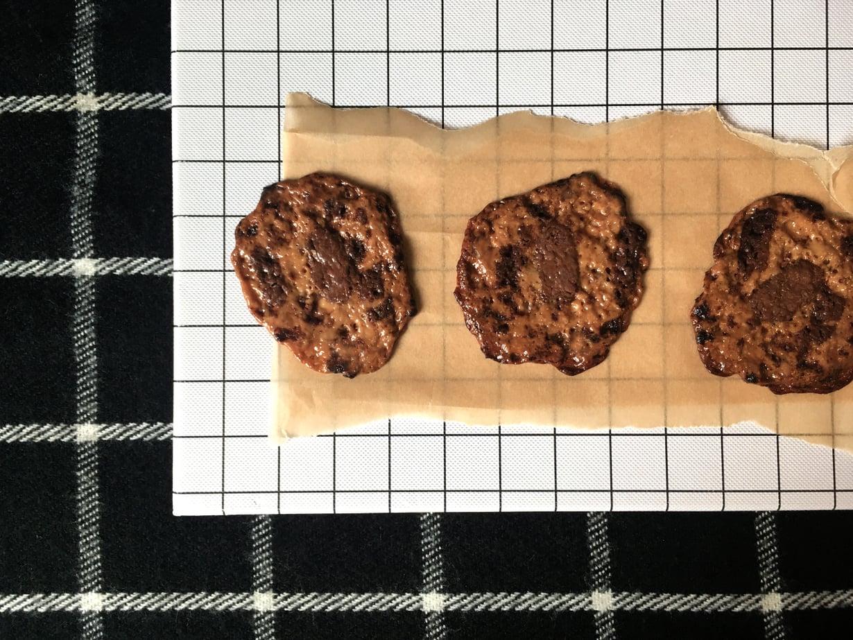 """Dumle muuttuu paistamisen jälkeen rapeaksi keksiksi, johon tulee hiukan pähkinäinen maku. Kuva: <span class=""""photographer"""">Niina Behm</span>"""