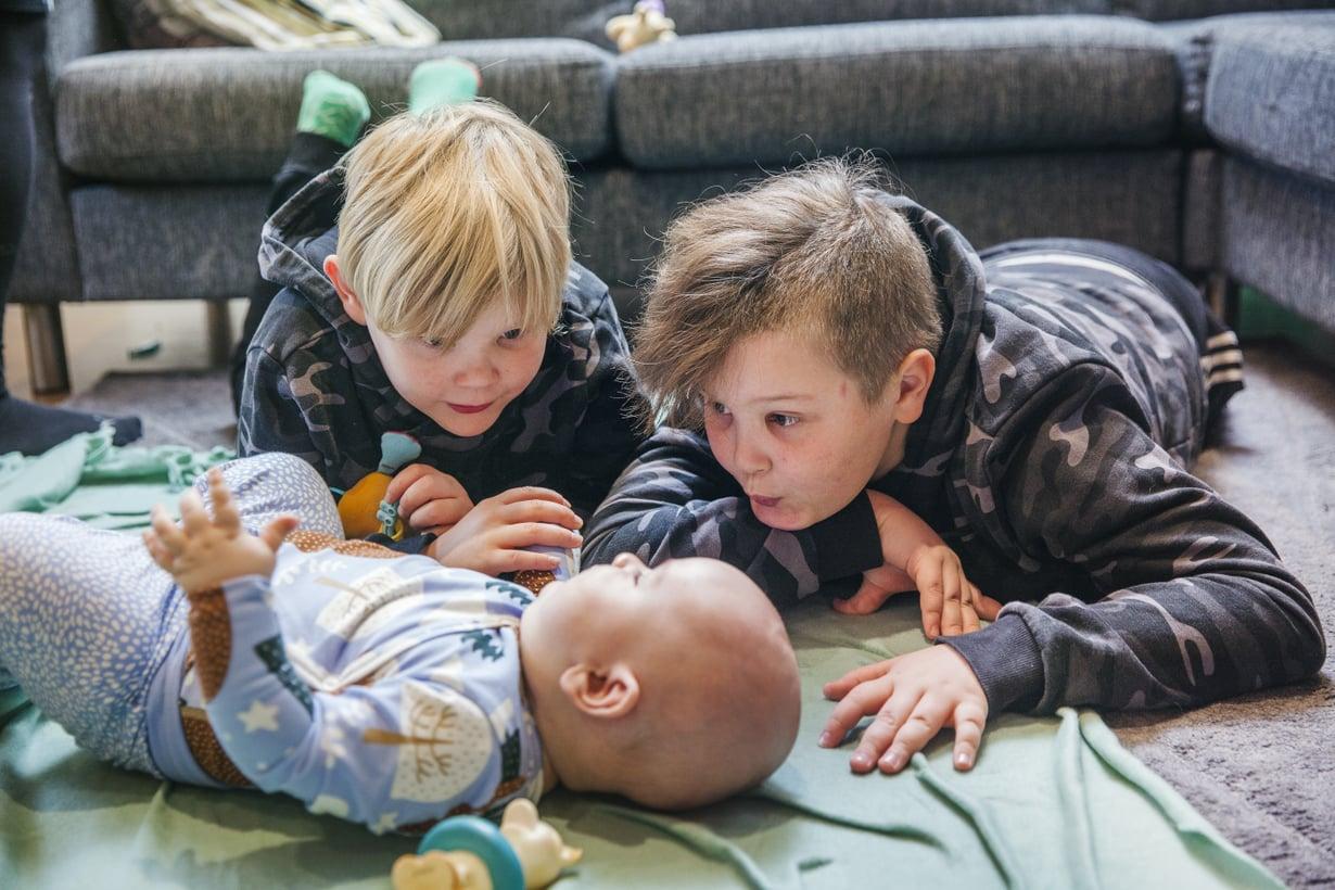 Isoveljet ottivat vauvauutisen innoissaan vastaan. Juuso nauttii veljien huomiosta.