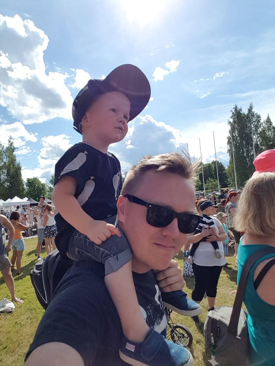 Herra Heinämäen Lato-orkesteri laittoi juhlat pystyyn. Kuva: Koti-iskä88