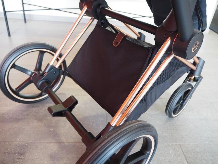 Vaunujen kori on erittäin tilava ja menee näppärästi kiinni magneettien avulla. Renkaat ovat puhkeamattomat ja jousitetut.