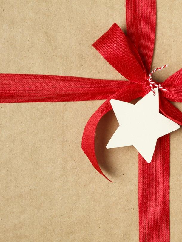 Mies osti aikoinaan joululahjat huoltoasemalta, kun kaupat jo olivat kiinni. Kuva: iStockphoto.