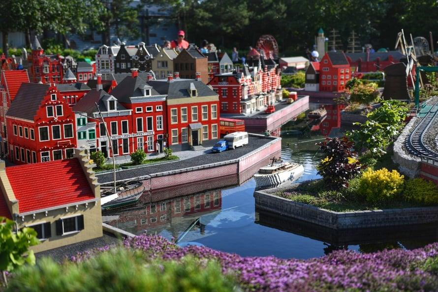 """Kahden päivän aikana kuulimme Saksan Legolandissa kolme kertaa suomea. Yksi kerroista osui miniatyyrimaailmaan, kun melko kaukaa kuului lapsen huuto: """"Äiti, tuu katsomaan!"""""""