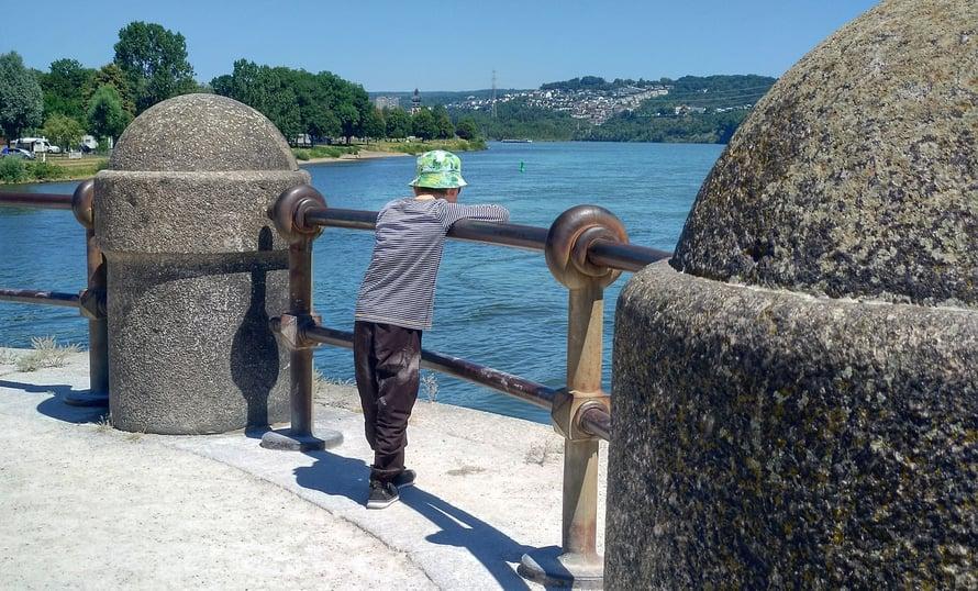 Mosel laskee Reiniin Koblenzin kaupungissa. Paikan nimi on Deutches eck. Ei kovin kummallinen nurkka, mutta kaikkien matkaoppaiden mainitsema.