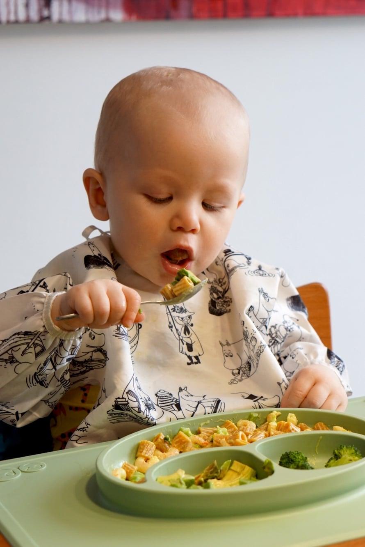 Harjoiteltiin lusikalla syömistä, mutta sorminkin saa hyvin syötyä