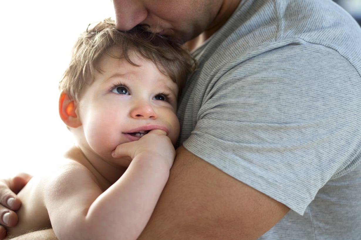 Vaikka aina ei tietäisi, mistä kiikastaa, vauvalle on tärkeä osoittaa, että myötäelää hänen tunteensa. Kuva: iStockphoto