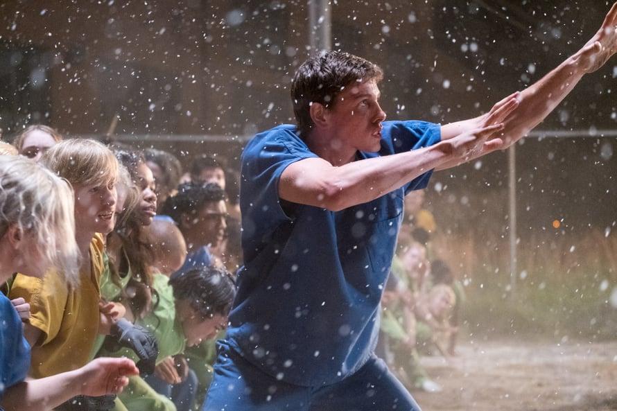 Liam (Harris Dickinson) saa esineet leijumaan The Darkest Minds -elokuvassa.