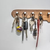 Avaimet, lompakot ja puhelimet ovat aina hukassa tai lojuvat kasoina keittiön tai eteisen pöydällä taiolohuoneen sohvalla. En tykkää avainnaulakoista. Kuva: iStockphoto