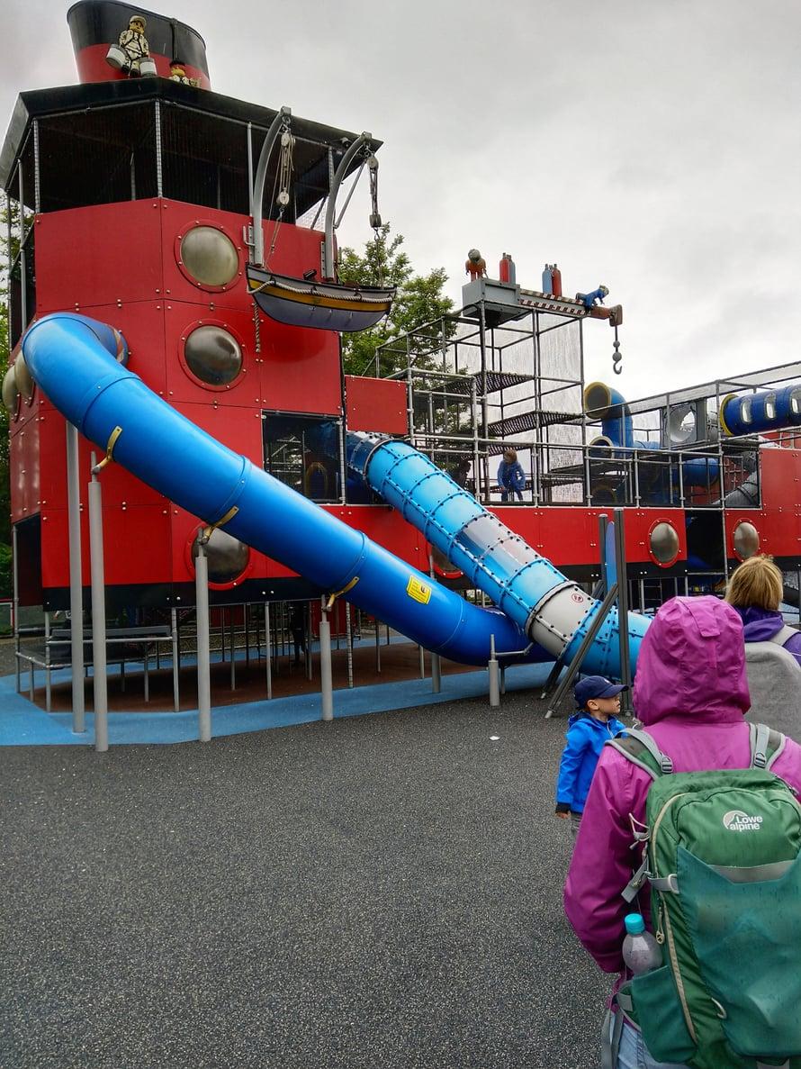 Leikkipaikkoja oli puistossa useita eri teemaisia. Vanhempaa hieman aluksi tykytti, kun lapset jumittivat tällaiseen ja vieressä olisi ollut vaikka mitä - vanhemmasta hienompaa ja enemmän lipulle vastinetta antavaa. Tunne olisi ollut kenties voimakkaampikin, jos olisimme olleet puistossa vain yhden päivän.