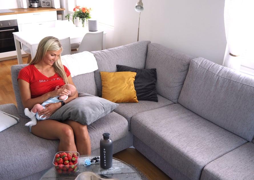 Sohvatyynyt toimivat hyvänä apuna imetyksessä, jotta saan mahdollisimman rennon asennon itselleni. Kuva: Johanna Tossavainen.