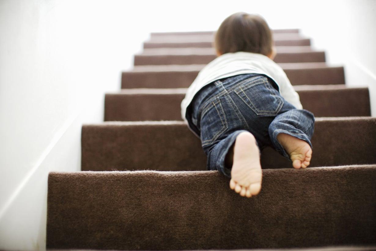Portaat ylöspäin sujuu usein hyvin vauvaltakin, mutta paluumatka vaatii apua. Kuva: iStock