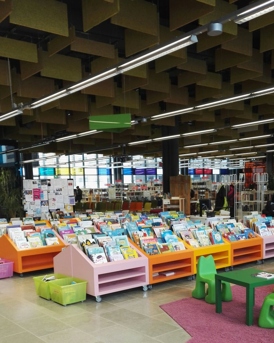 Entressen lastenosaston värimaailma houkuttelee tutkimaan kirjastolaarien sisältöjä.