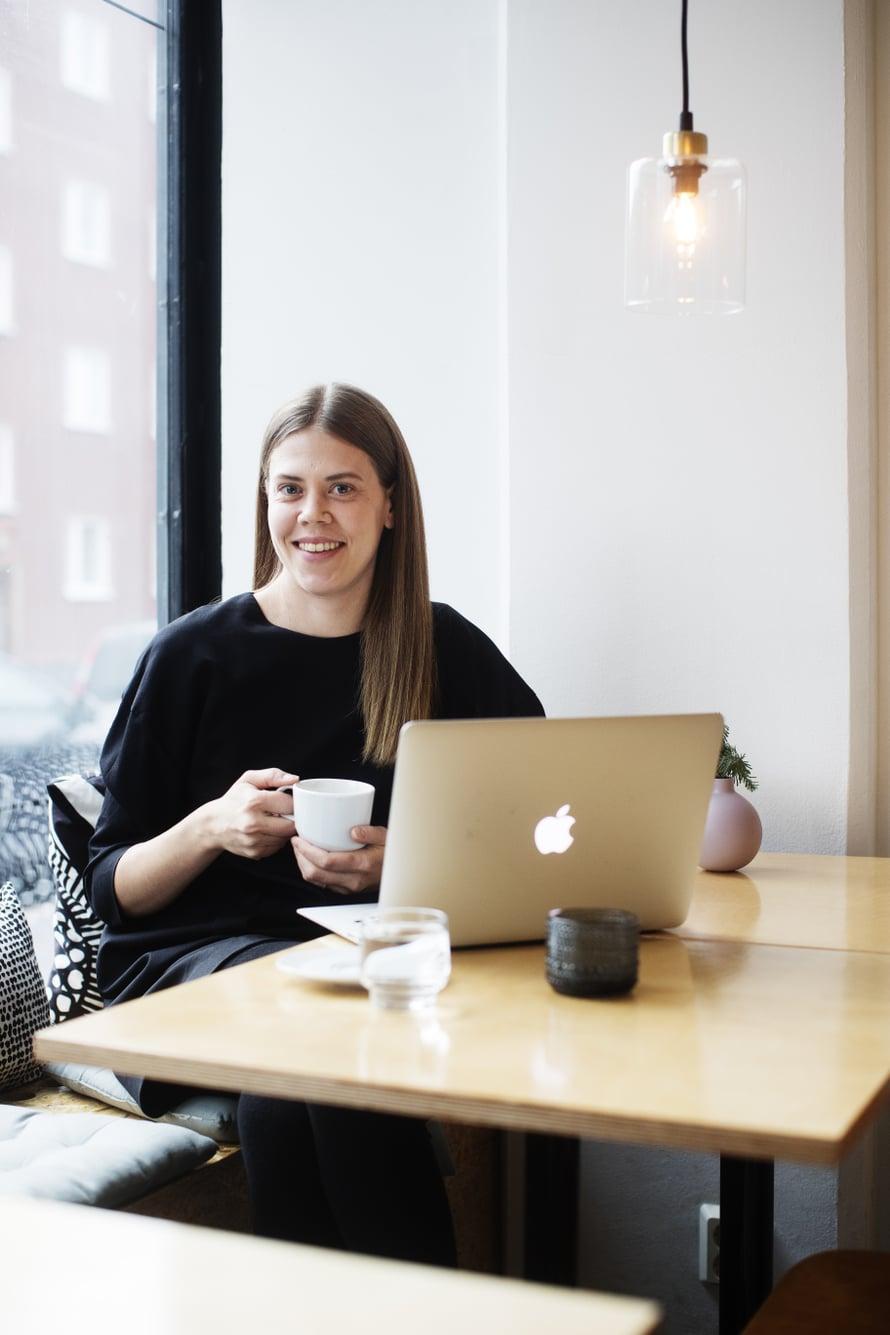 Raisa Mattila on helsinkiläinen toimittaja-kirjailija ja kohta kahden lapsen äiti, joka ajattelee, että koko kylä todellakin saa kasvattaa, jos haluaa.