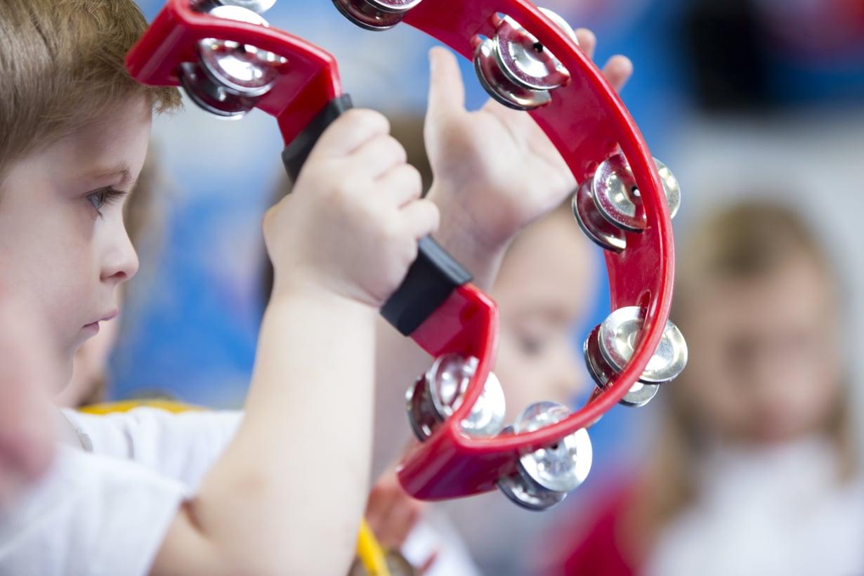 Tutkijat suosittelevat säännöllisten, ammattilaisten vetämien musiikkituntien sisällyttämistä varhaiskasvatukseen päiväkodeissa. Kuva: iStockphoto.