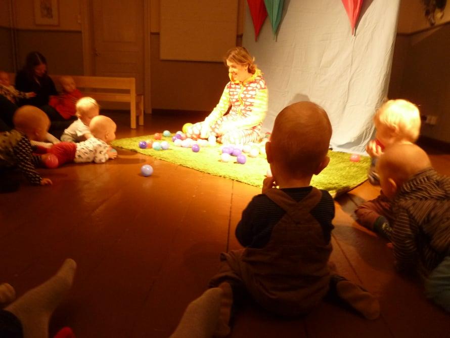 Vauvateatterista on turha hakea suurta draaman kaarta. Jännite syntyy ilmeiden, eleiden ja äänten avulla. Myös värikäs rekvisiitta on keskeisessä roolissa.