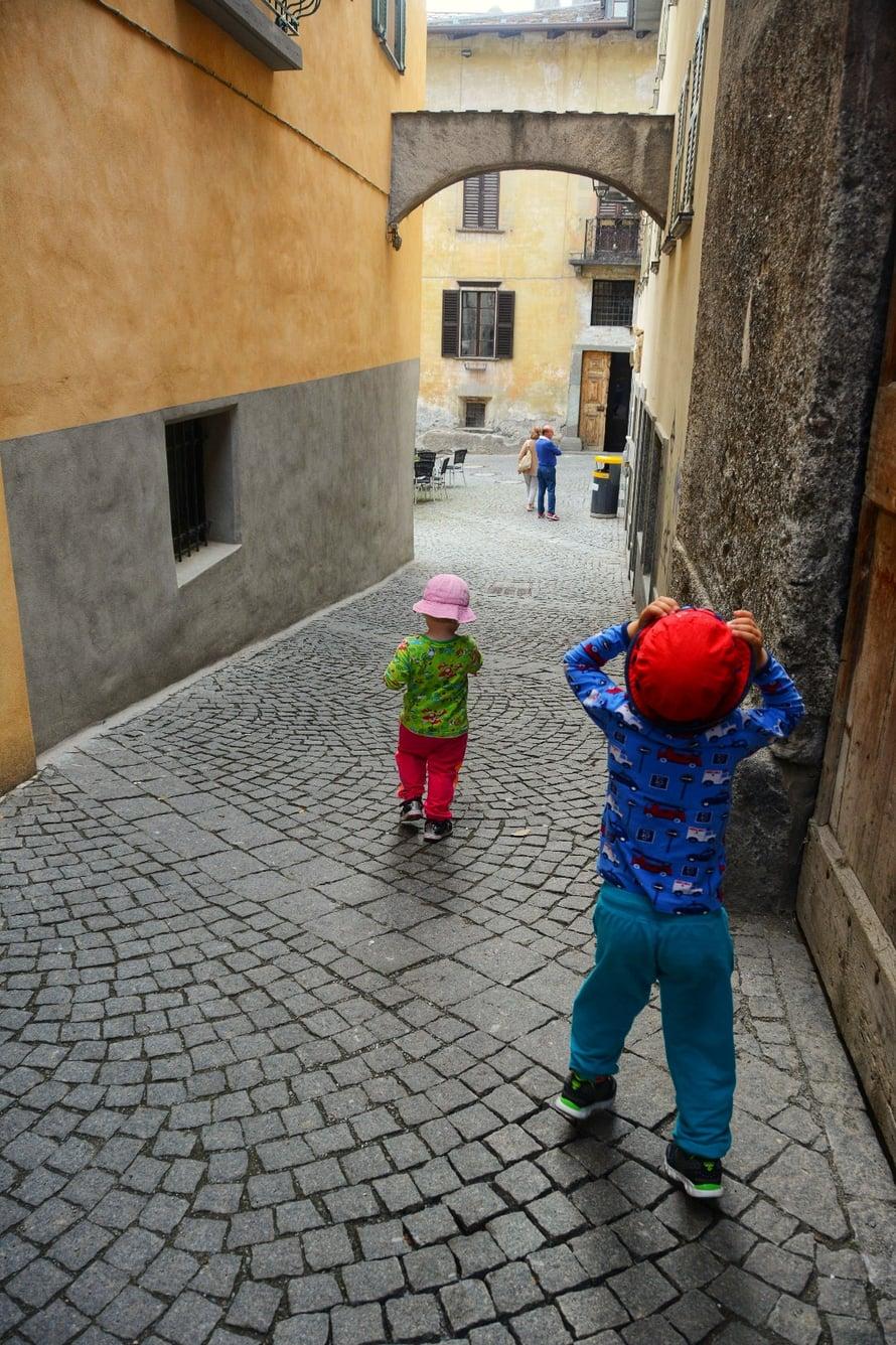 Mitähän esikoinen tuolla ylhäällä näki? Bormio, Italia.