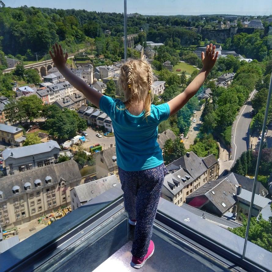 Luxemburgia halkoo syvä kanjoni. Sen pohjalta pääsee ylös yli 60 metriä nousevalla maisemahissillä. Ajoimme, öö, ehkäpä viisi kertaa.