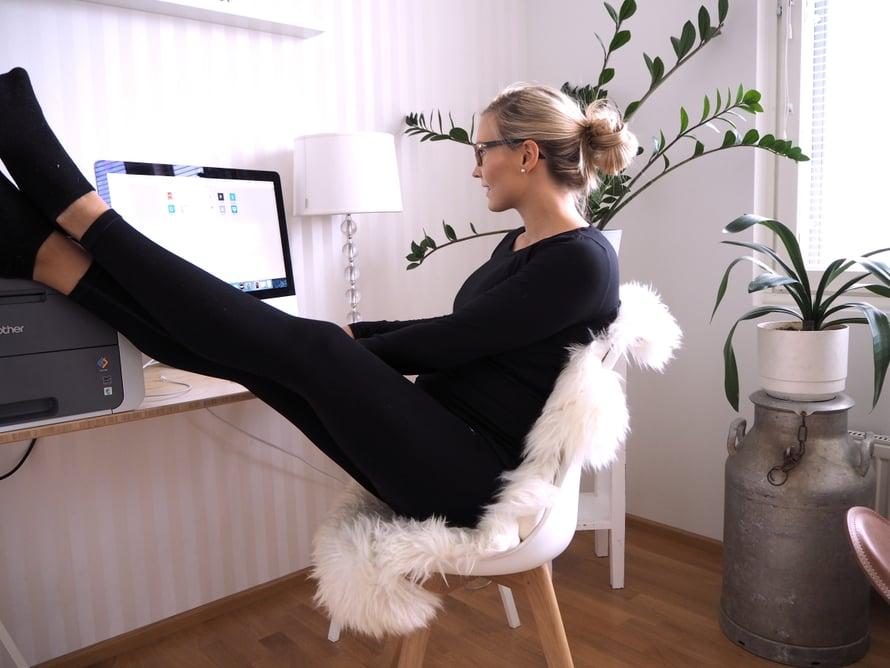 Lomaa suunniteltaessa, muista nostaa jalat pöydälle ja rentoutua! Kuva: Elisa Honkasalo