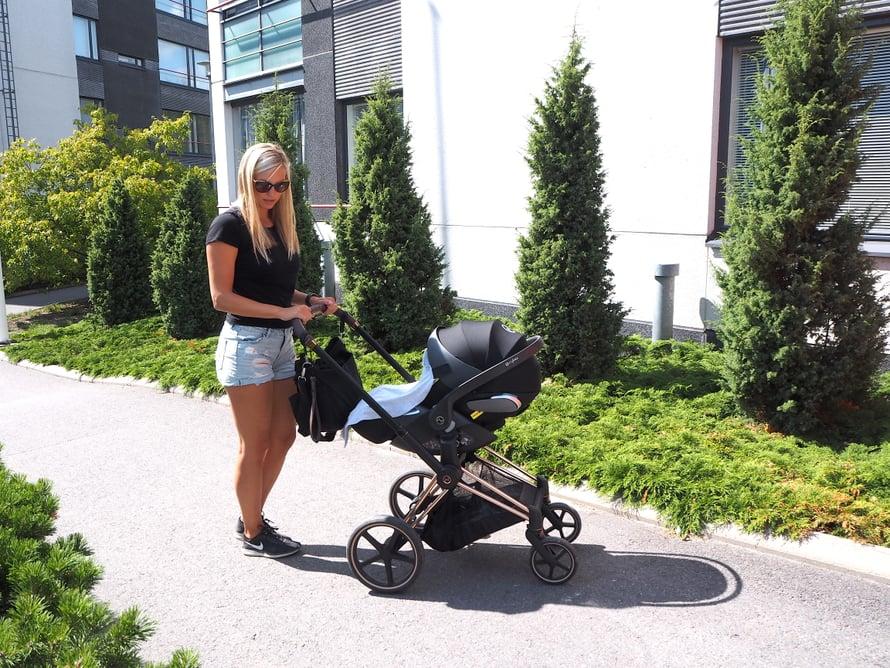 Työntöaisan korkeus tulisi olla hieman alle kyynärnivelen. Kuva: Johanna Tossavainen.