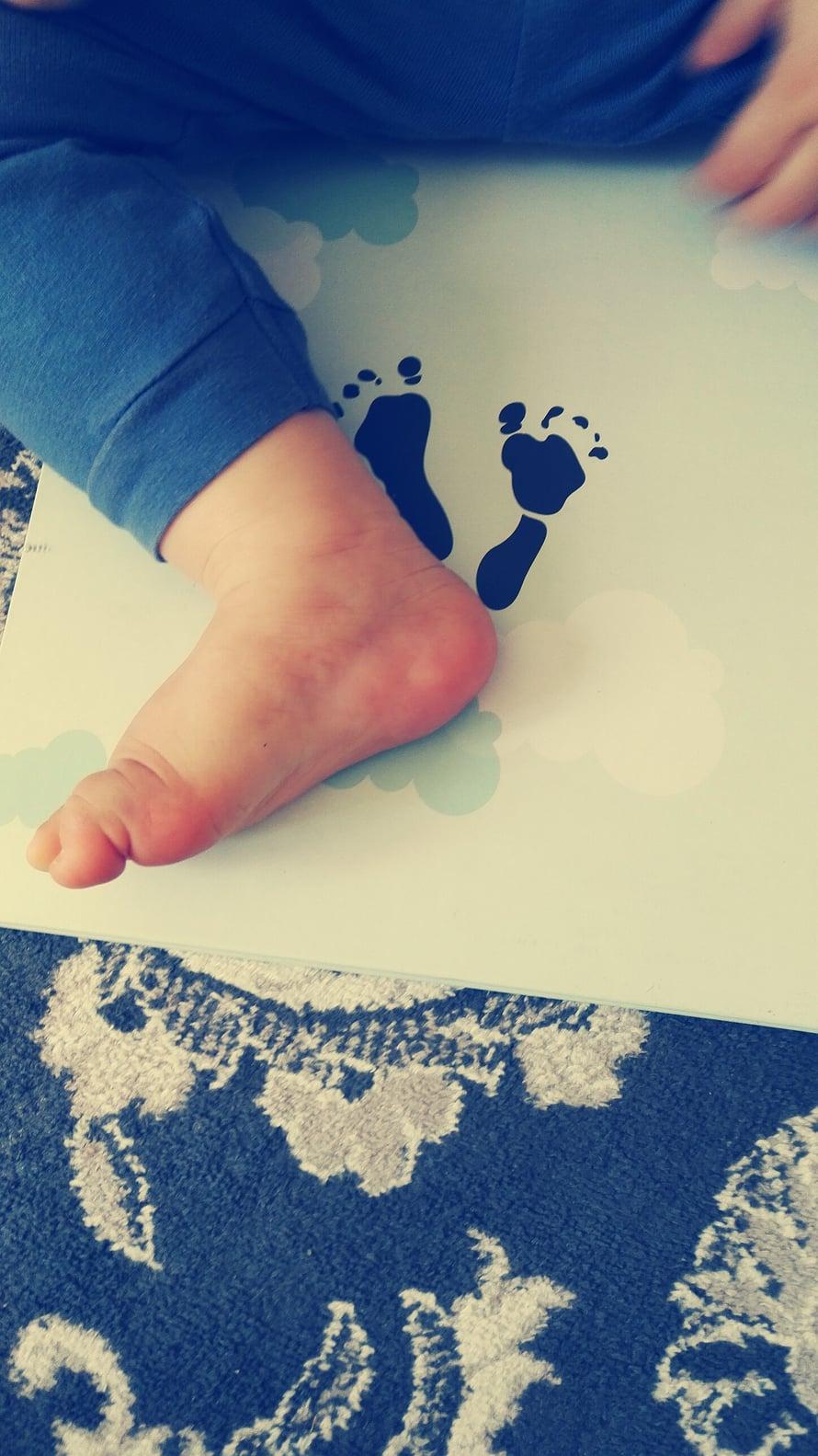 Tässä on kirjailijan oman pojan jalanjäljet päivän iässä <3