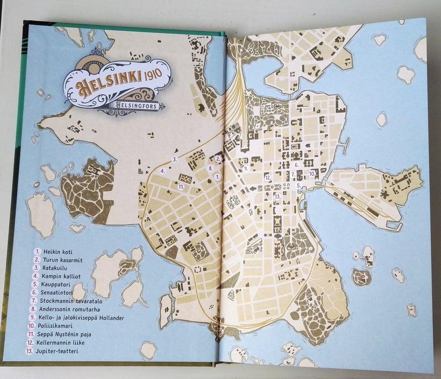 Kirjan sisäkanteen on painettu 1910-luvun Helsingin kartta, johon tarinan tapahtumapaikat on merkitty. Kartasta nuori, Helsinkiä tunteva lukija voi havainnoida, miten eri kokoinen pääkaupunkimme oli 1910-luvulla kuin nyt.